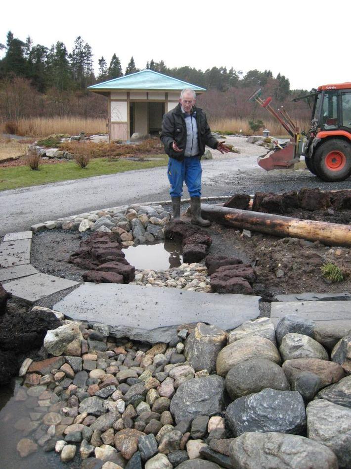 Jon Kleveland legg ut torver rundt smådammer i sitt siste anlegg ved...
