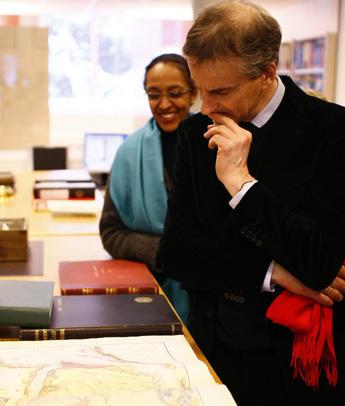 Utenriksminister Jonas Gahr Støre studerer gamle kart over Midt-Østen. De er...