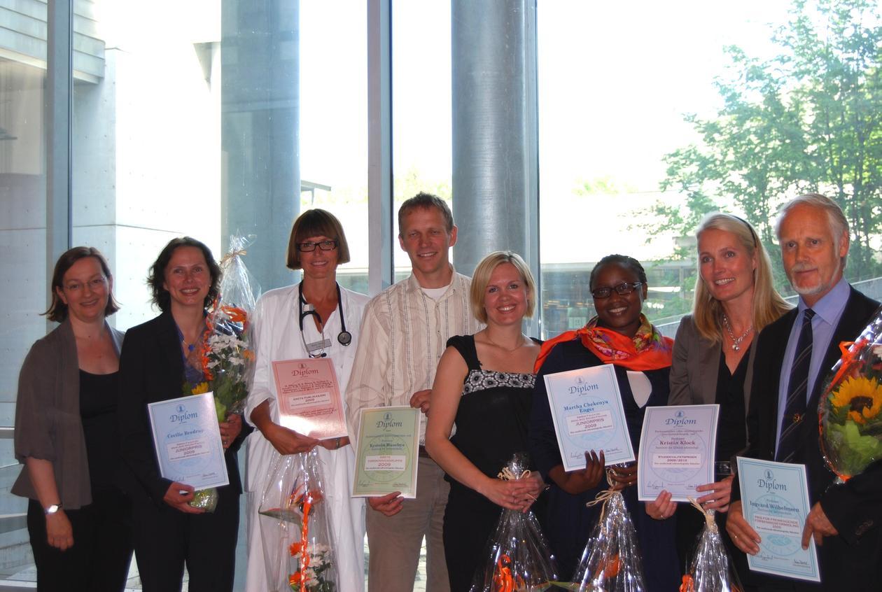 Alle prisvinnerne samlet. Fra venstre: Dekan Nina Langeland, Cecilie Bredrup,...