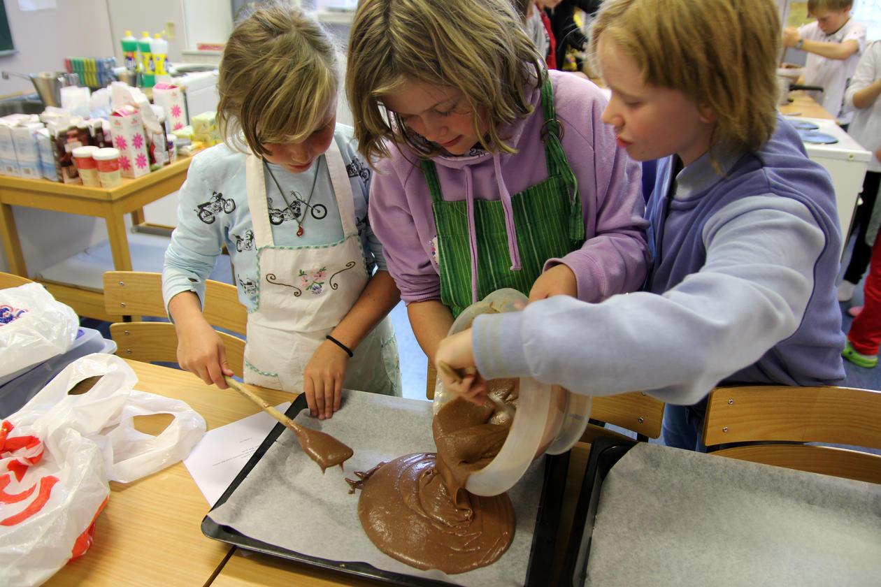 Ella Solberg, Caroella Steffensen og Malene Lavik Stadaas testar kakeforsøket...