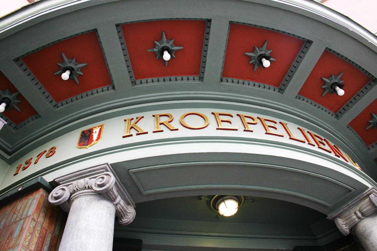 RUND OG STASELIG: Inngangspartiet til Kroepeliengården med søylene i grønn...