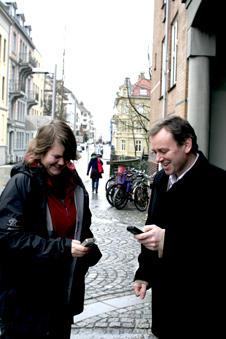 Masterstudent Christine Leirvåg og førsteamanuensis Lars Nyre tester Lokanytt...