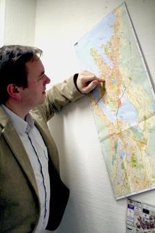 Lars Nyre konsulterer landskapet. Bergenskartet brukes flittig i prosjektet.