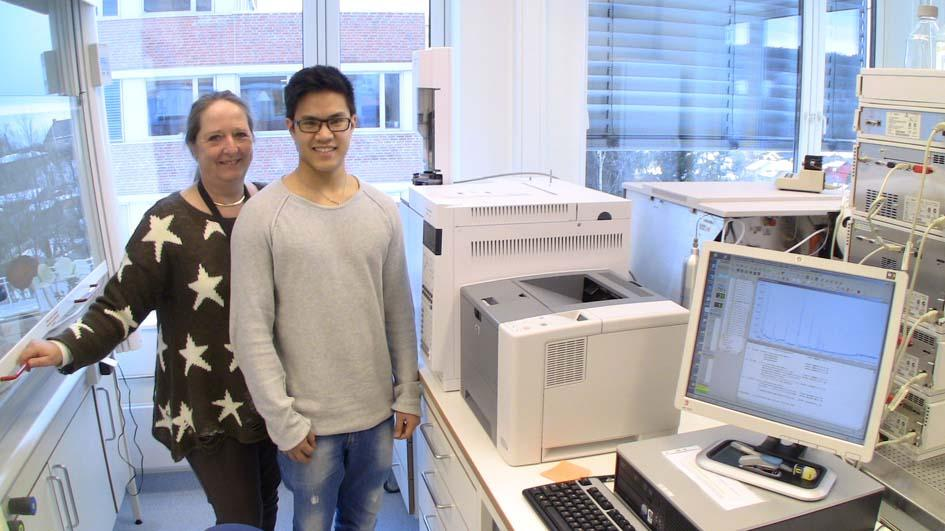 Long Giang Nguyen (right)  and Hanne Wellendorf at NIOM