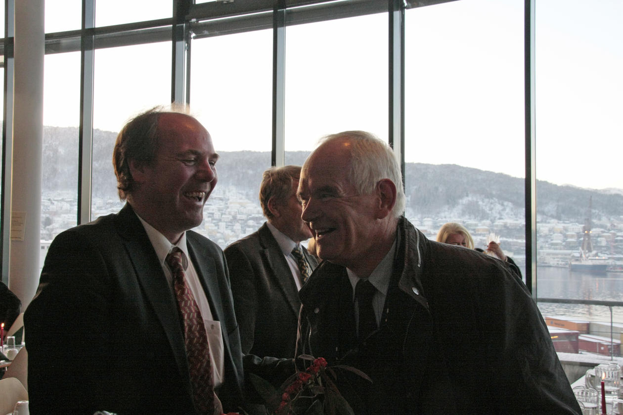 Dekan Asbjørn Strandbakken ved Det juridiske fakultet og Trond Mohn under...