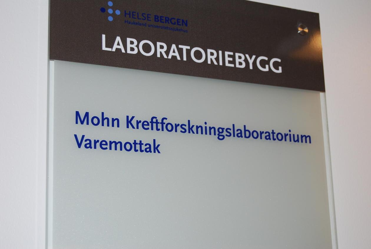 Skilt med navnet Mohn Kreftlaboratorium er kommet opp i laboratoriebygget