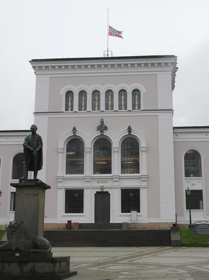 Flagg på halv stang på Bergen Museum 25. juli 2011