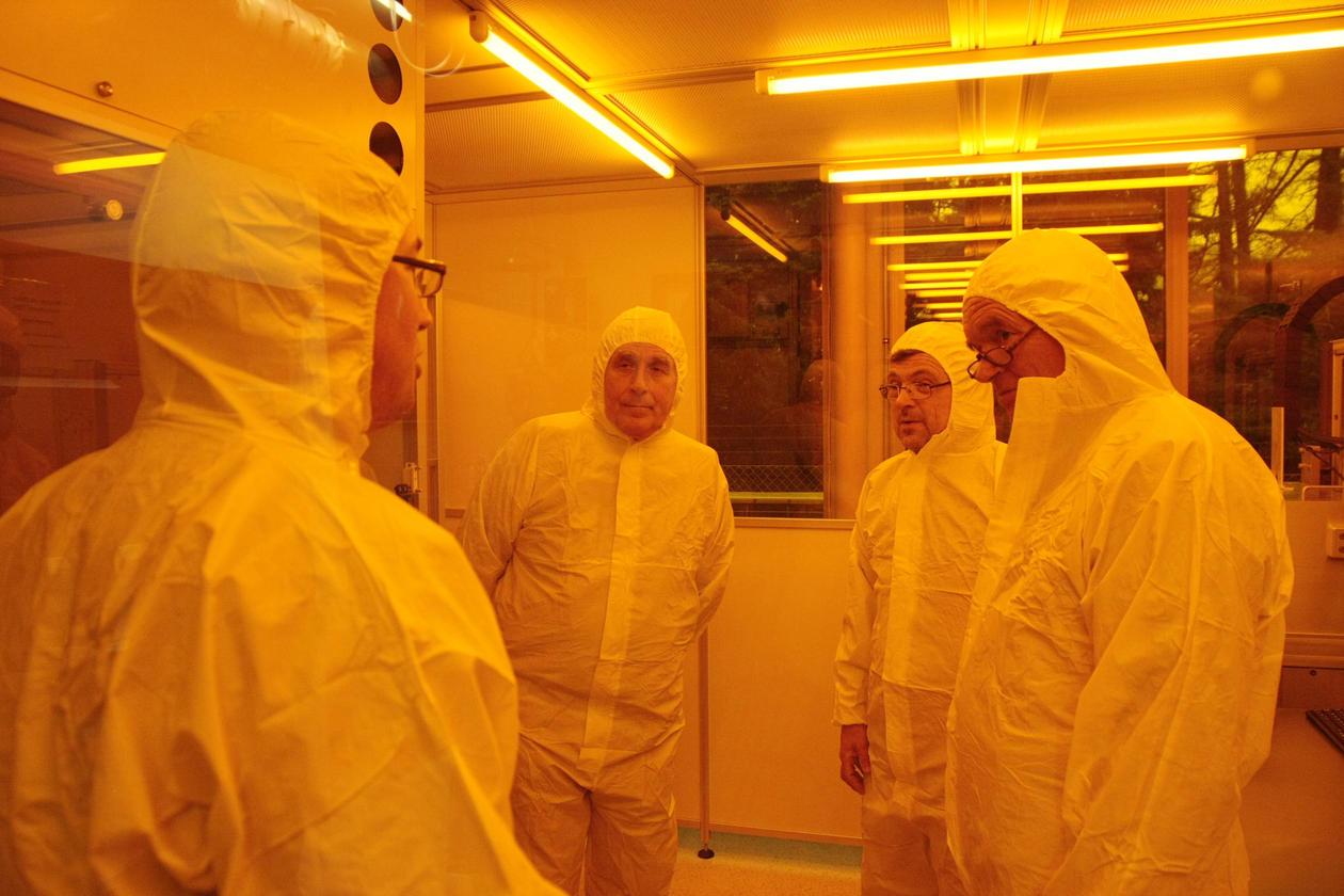 Stipendiat Thomas Reisinger forklarer gjestene hvordan laboratoriets clean...
