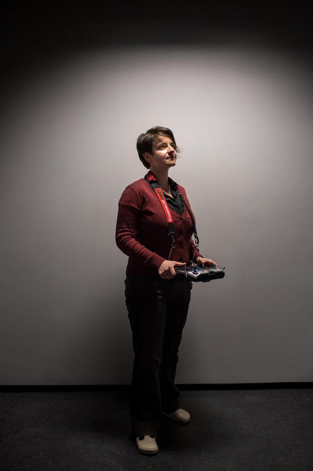 Forsker Aleksandra Sima ved Uni CIPR med en oljeletende drone. Bilde brukt...