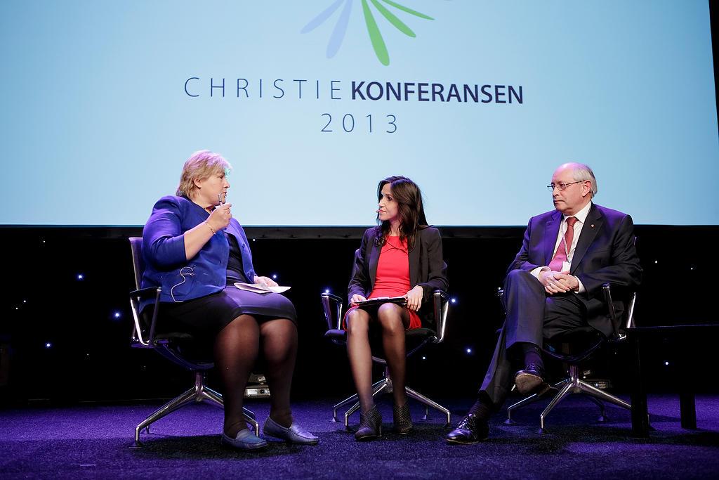 Erna Solberg og Martin Kolberg diskuterte fremtidsutfordringer. Konferansier...