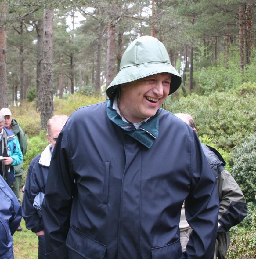 Professor Per Magnus Jørgensen som omvisar  blant sine kjære Rhododendron
