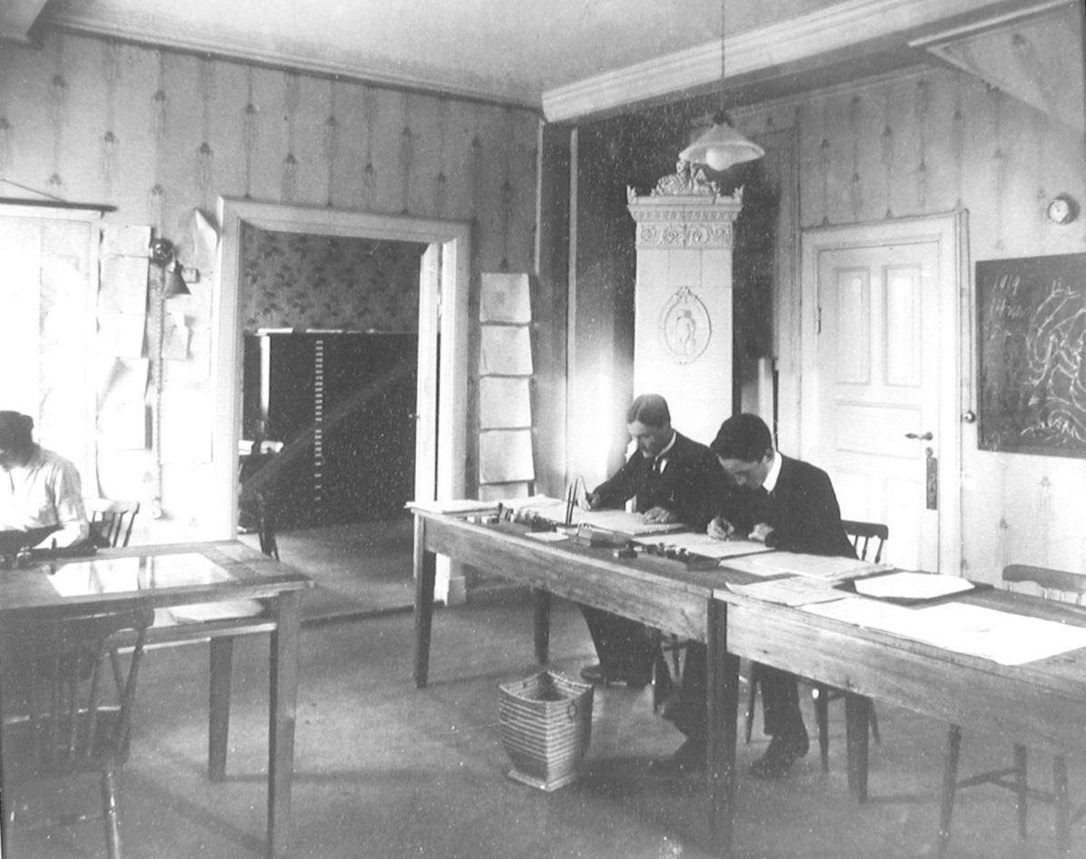 Fra Allegaten 33, Tor Bergeron (v), Jacob Bjerknes (h) og assistent (1919)