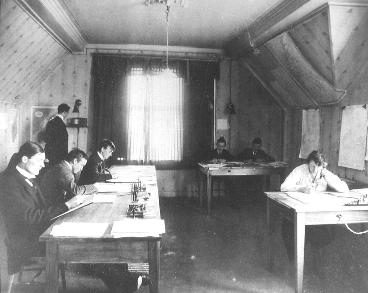 Fra Allegaten 33, Unge Bergensmeteorologer i arbeid. 1919. Sittende fra...