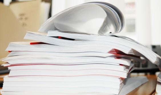 illustrasjonefoto av papirer og saksdokumenter i en stor bunke