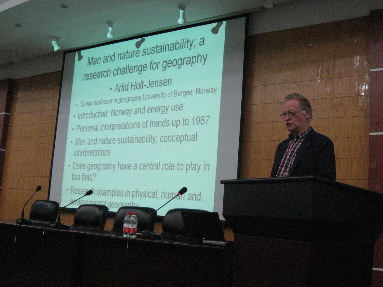 Arild Holt-Jensen foreleser i Sinkiang, Kina
