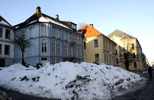 Snørekord i Bergen. Denne snøhaugen ligger utenfor SV-bygget.