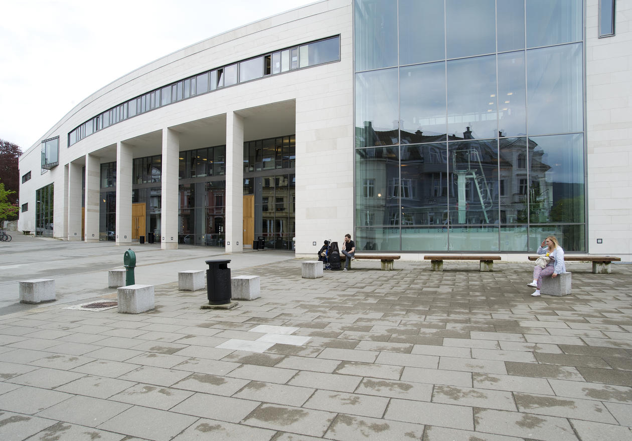 Studentsenteret, Parkveien 1. Glassfasaden gir dagslys  til svømmebassenget