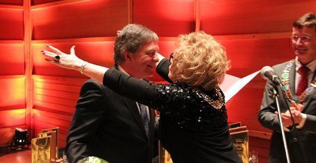 Ordfører Trude Drevland tildelte Tom Brevik fortjenestemedaljen under...