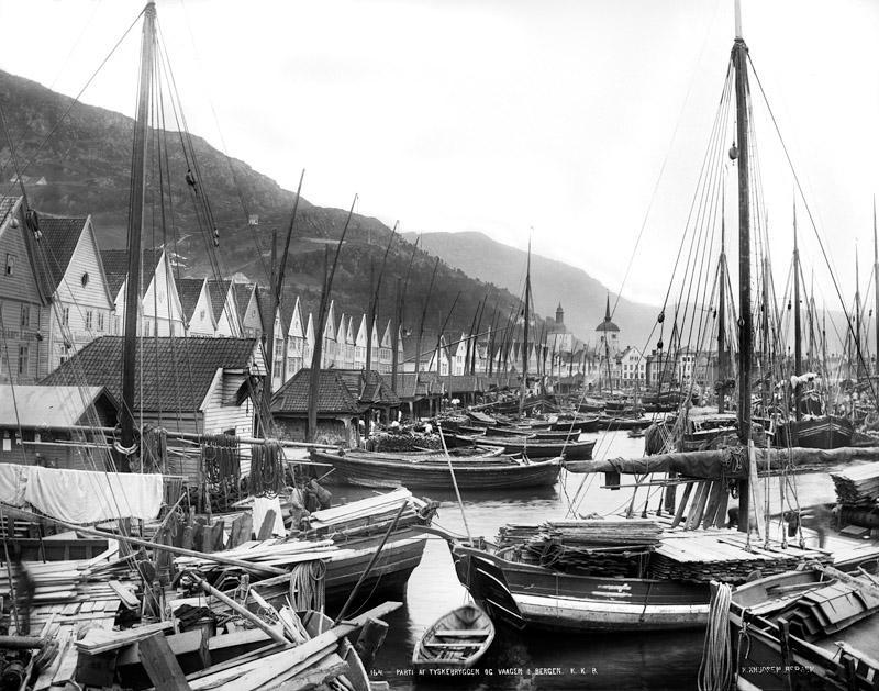 Frå Knud Knudsen sitt arkiv: Havnen i Bergen med bryggen og båtene. 1882/85.