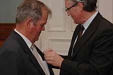 Stein Ugelvik Larsen mottar Kongens fortjenstmedalje