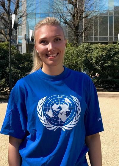 Anette Næss i FN-skjorte