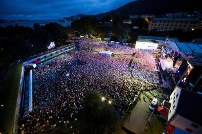 An overview of the concert location Koengen in Bergen full of people