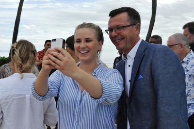 Student Maria Z. Rosness tar selfie med rektor Dag Rune Olsen fra Universitetet i Bergen på Fiji i november 2016.