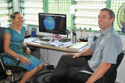 Klimaforskerne Elisabeth Holland og Tore Furevik på Fiji i november 2016.