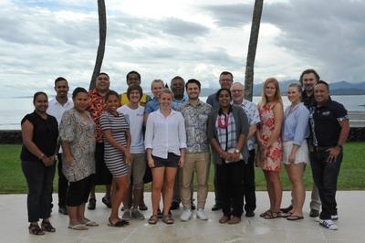 Delegasjon fra Universitetet i Bergen sammen med utvekslingsstudenter og partnere på Fiji i november 2016.