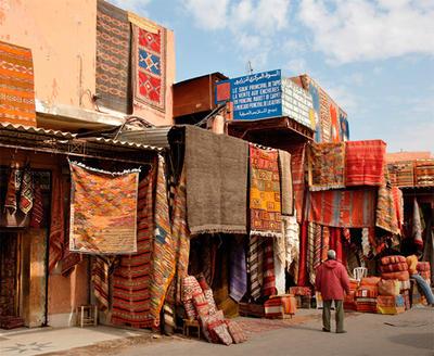 Bilde av marked med orientalske tepper i sandfarger