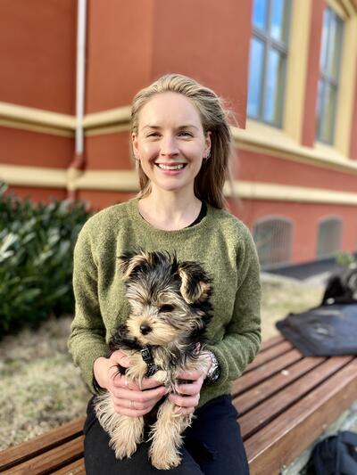 Bildet av Isabelle Aarvik som sitter med hunden sin, Ruth, oppkalt etter Ruth BAder Ginsburg