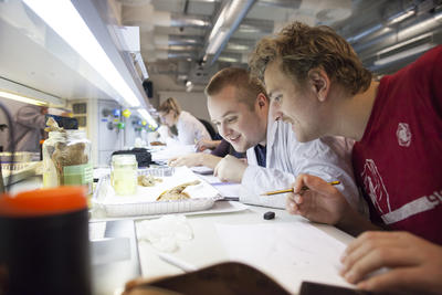 To studenter på en lab på biologi