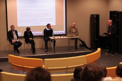 Audun Lindholm fra Vagant ledet spørsmålene etter framføringene. Talan...