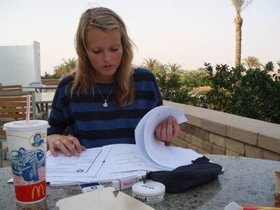 Kristina Aardal gjør lekser ved AUC i Kairo