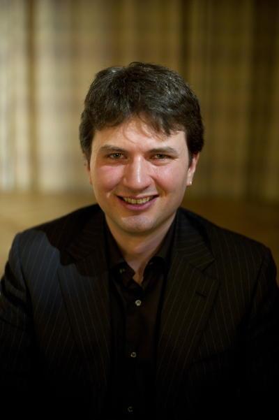Charalampos Tzoulis fortel at han skuldar professor Laurence Bindoff stor...