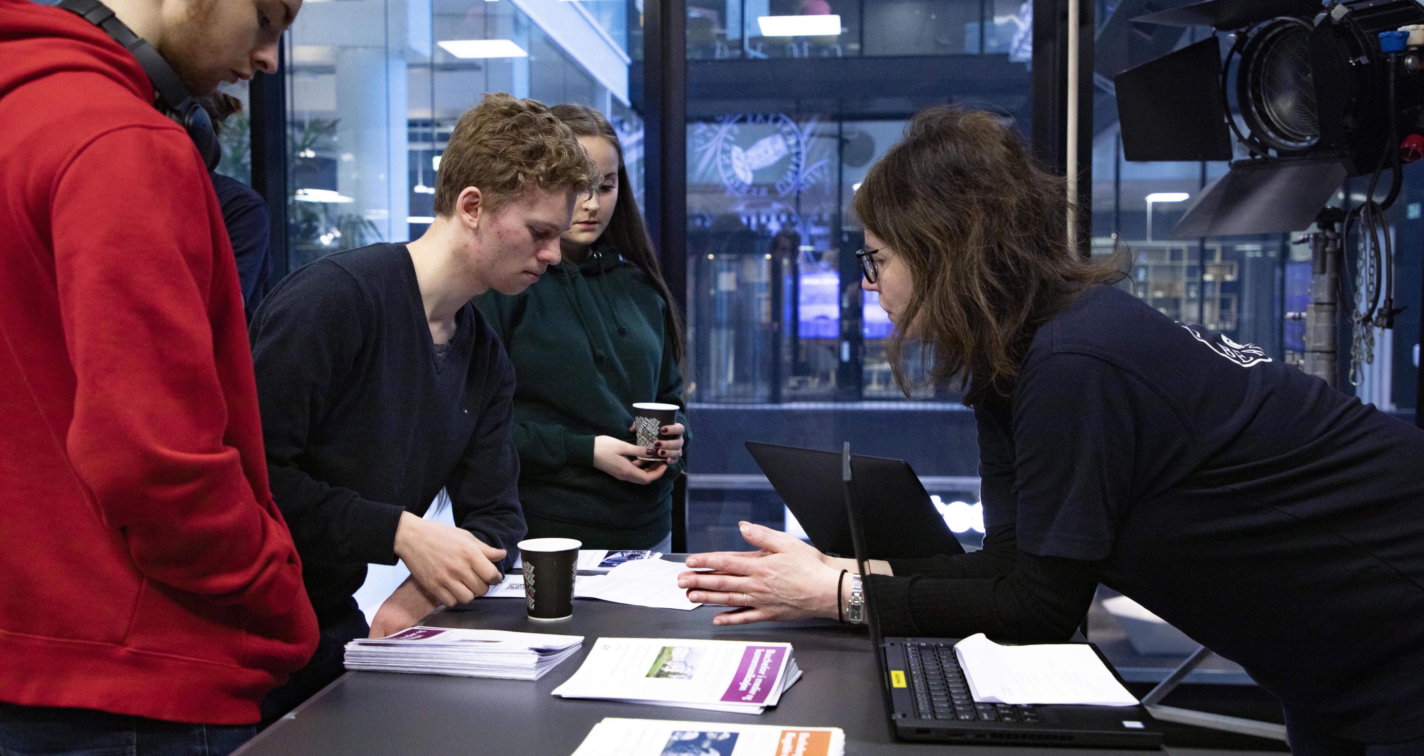 Elever får hjelp av studiekonsulent Trude Lome