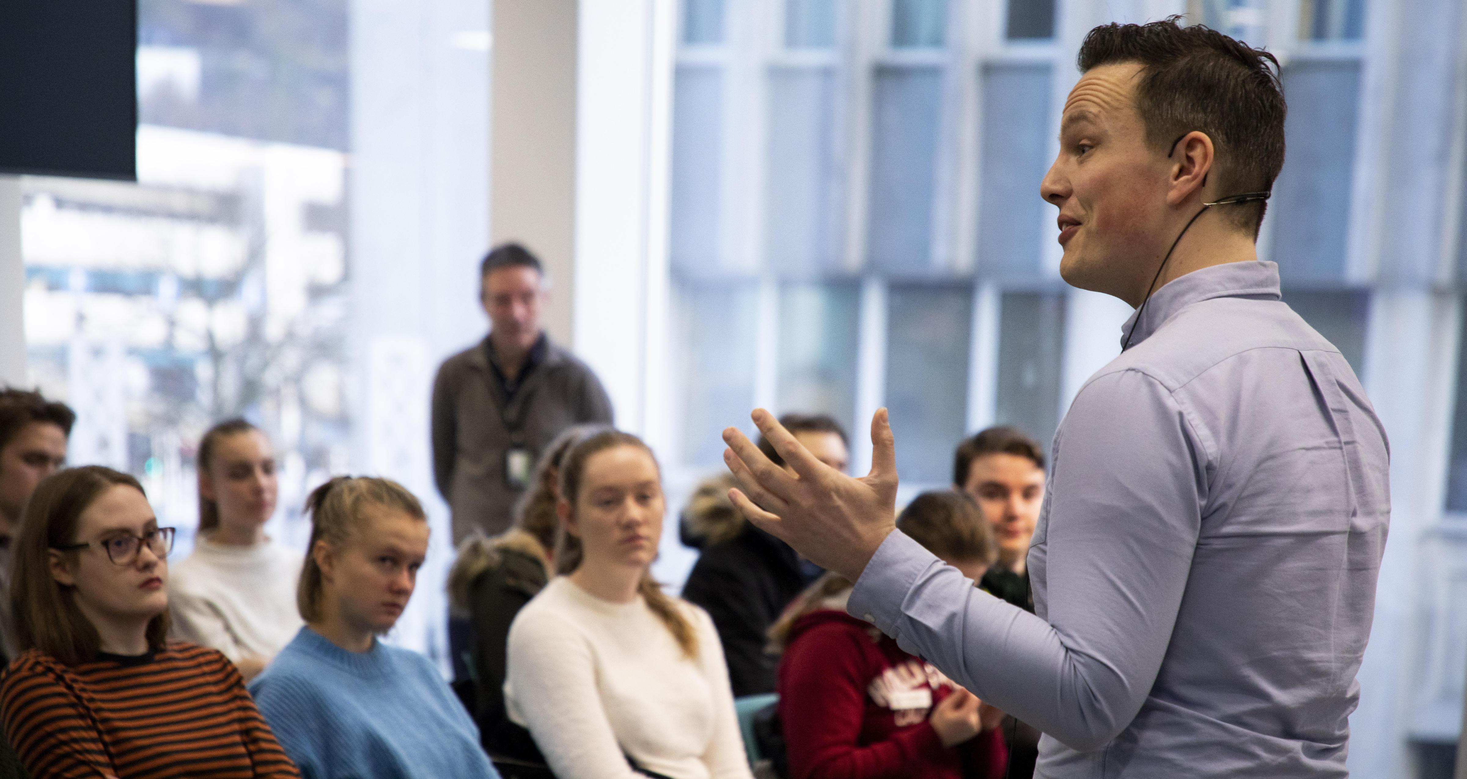 Magnus Hoem Iversen forteller om medier og kommunikasjon