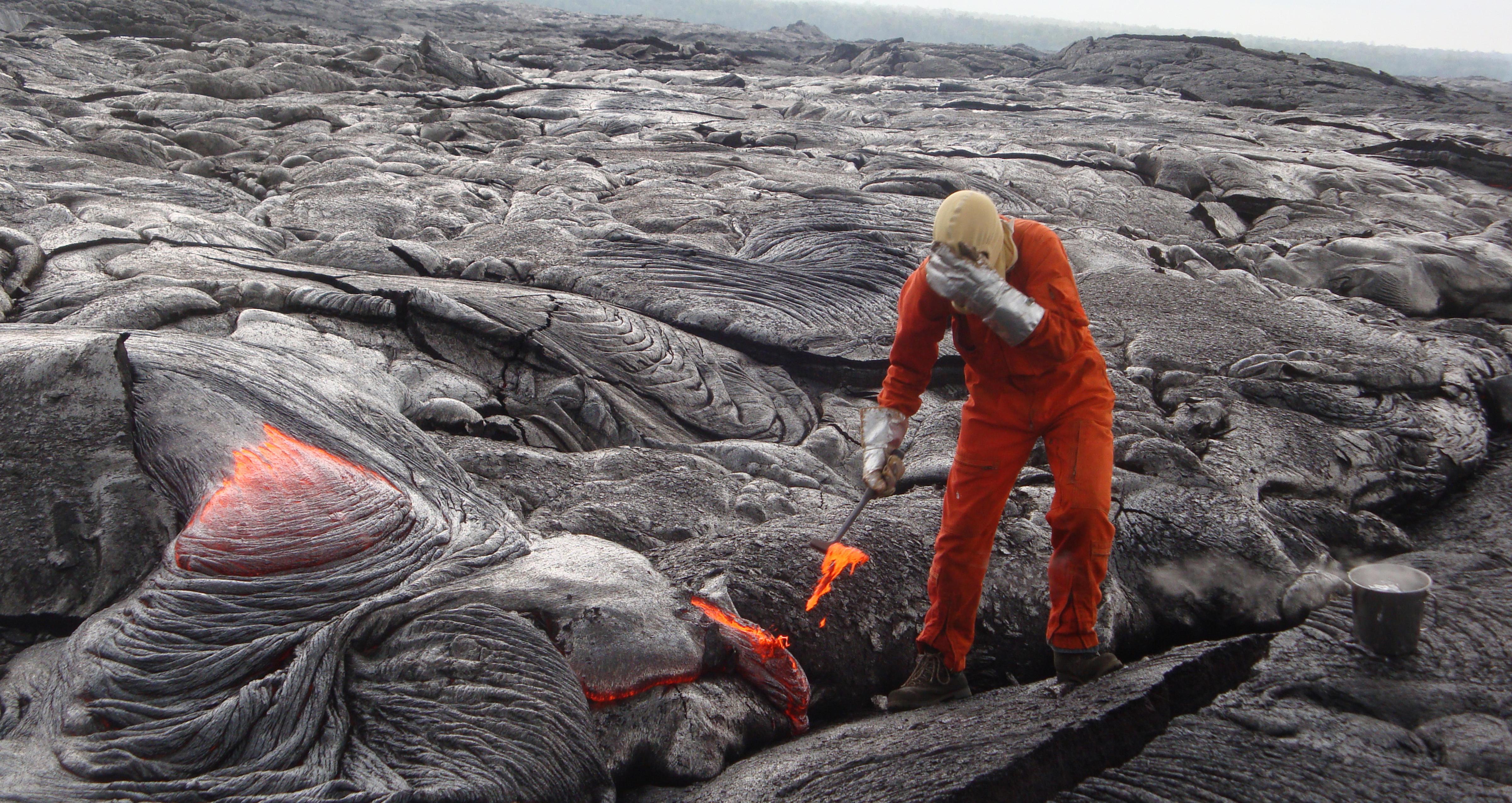 Geolog tek prøvar av lavaen frå Kilauea i 2013.