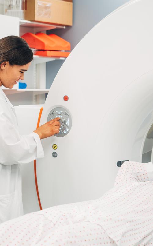 Karolina simulerer hvordan de utfører bildediagnostikk i PET/CT-scan på pasienter ved senter for nukleærmedisin/PET ved Haukeland Universitetssjukehus