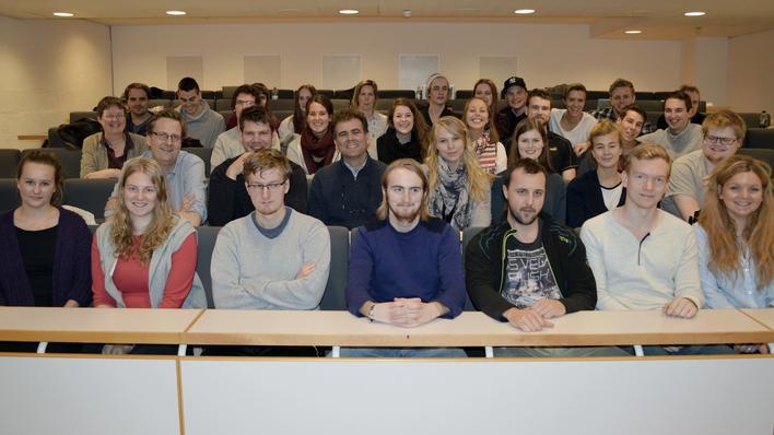 Studentar og emneansvarlege på GEO151 i Lite auditorium før avreiser til Kvam.