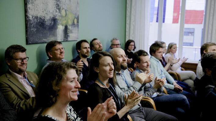 Alumner som klapper for innlegg på Alumnusdagene 2014