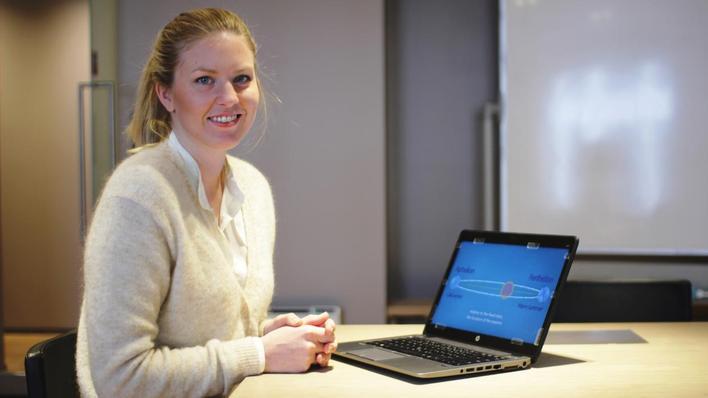 Bilde av jente foran laptop som skal vise henne undervisning på web