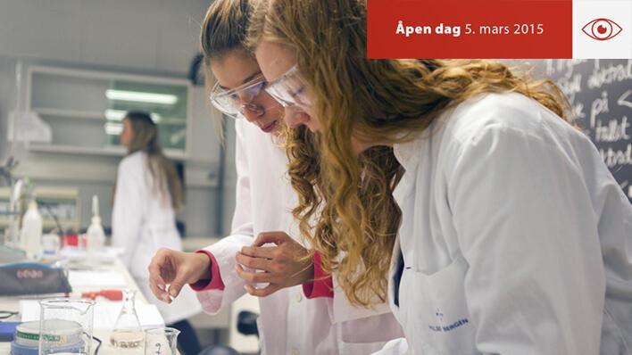 To elever eksperimenterer på Åpen dag.