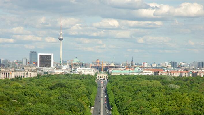 Utsikt over Berlin med lette skyer på blå himmel.