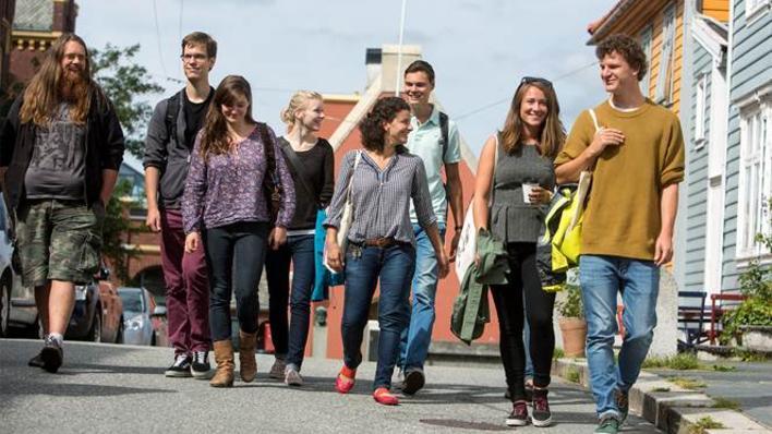 Studenter går nedover gaten