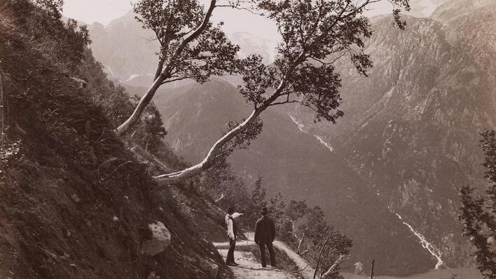 Bilde av vei bygging i Norsk fjord fra universitsbiblioteket sin bildesamling.