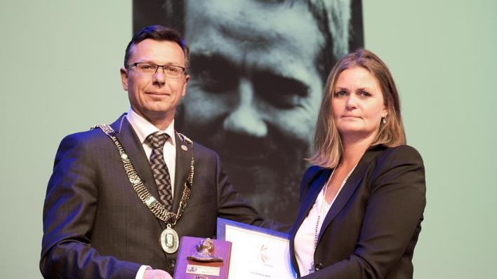 Monica Dalland Holsen mottar Christieprisen 2014 på vegne av mannen Sjur Holsen.