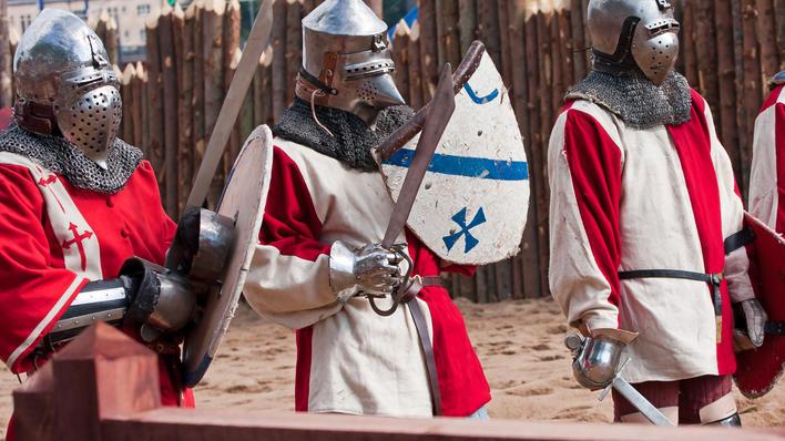 Tre middelalder-riddere, brukt for å illustrere sak om middelalderuken ved Det humanistiske fakultet ved Universitetet i Bergen.