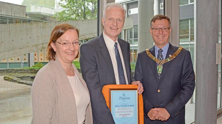 Prof. Stein Ove Døskeland (i midten) er tildelt Falchs seniorpris. Her saman med dekan Nina Langeland og rektor Dag Rune Olsen.