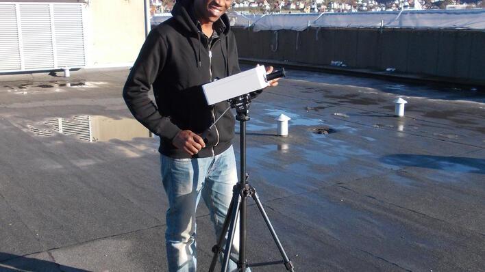 Dennis på taket med utstyr